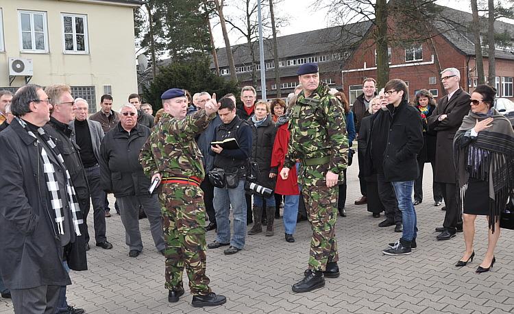 In den Mansergh Barracks an der Verler Straße führte Major Al Lackey (in Uniform, rechts) die Kreistagspolitiker über das Kasernengelände.