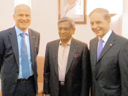 Ralph Brinkhaus mit dem indischen Außenminister Herrn S. M. Krishna und Jörg van Essen (FDP) beim Besuch der Deutsch-Indischen Parlamentariergruppe in Delhi/Indien