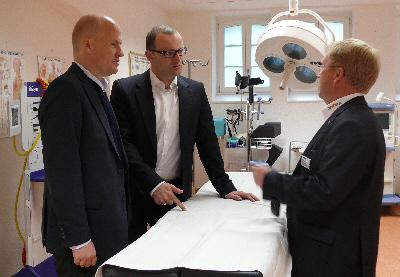 : Ralph Brinkhaus MdB, Jens Spahn MdB, Andreas Westerfellhaus bei der Besichtigung der Ausbildungsräume der ZAB
