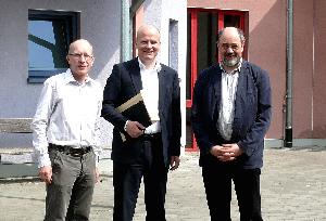 Frank Winter, Ralph Brinkhaus und Mattias Strehlow vor den Werkstätten