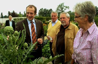 v. l.:  Hubert Kleinemeier, Oliver Wittke, Hans Daberkow, Franz-Josef Schütte, Paula Schröder.  Foto: Stadt Rietberg/Gartenschaupark