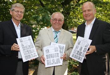 Hubert Kleinemeier, Paul Holtmannspötter und Ralph Brinkhaus MdB präsentieren die CDU-Chronik. Foto: Johannes Bitter