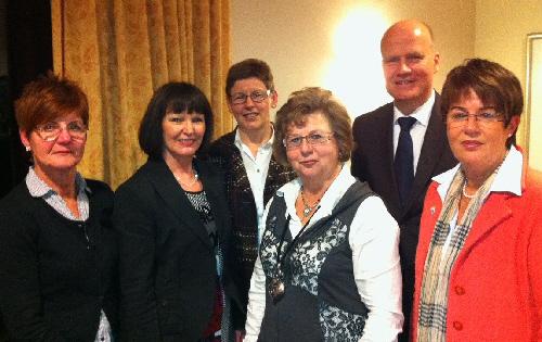 von links: Christa Heidbrede, Monika Schick, Sigrid Czaplinsky, Ursula Doppmeier, Ralph Brinkhaus, Bernhild Köster