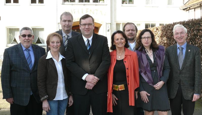 Erwin Jung (Jöllenbeck), Marianne Kampwerth (Versmold), Dirk Lehmann (Steinhagen), Hendrik Schaefer, Elke Hardieck, Bendikt von Teuffel (Halle), Anke Brillen (Werther) und Arnold Weßling (Borgholzhausen). (v.l.)