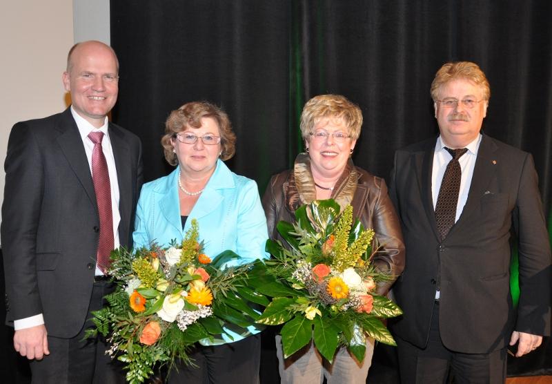 Blumen zum Dank für die erfolgreichsten Werberinnen: Über 83 neue CDU-Mitglieder freuten sich (v.l.) Kreisvorsitzender Ralph Brinkhaus MdB, Ursula Doppmeier, Annegret Jürgenliemke und Bezirksvorsitzender Elmar Brok MdEP.