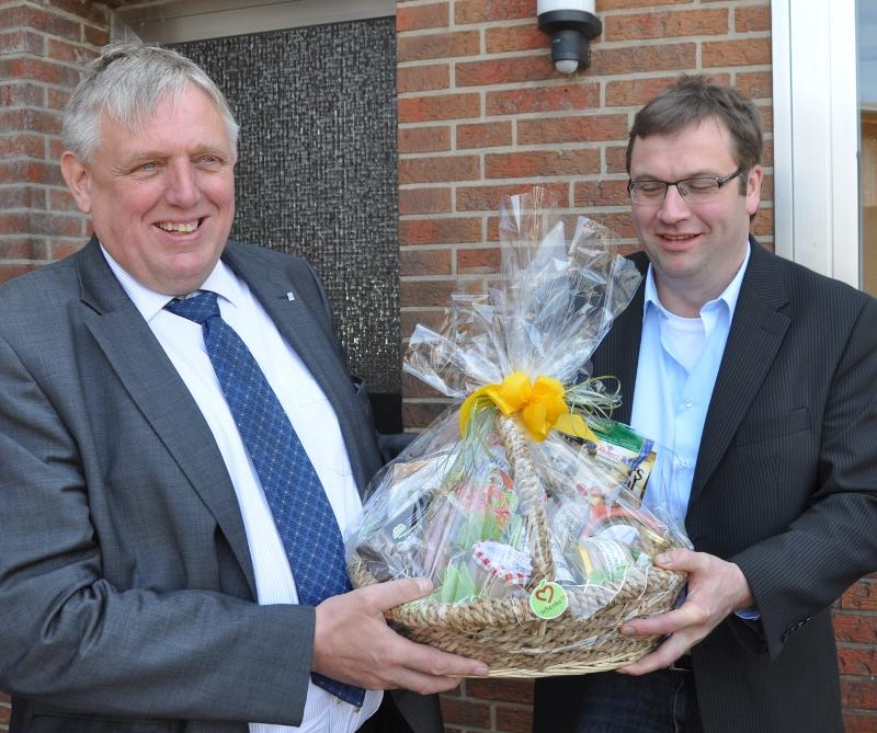 Spezialitäten aus Ostwestfalen für den Gast aus dem Münsterland: Hendrik Schaefer (r.) dankt Karl-Josef Laumann für den Besuch.
