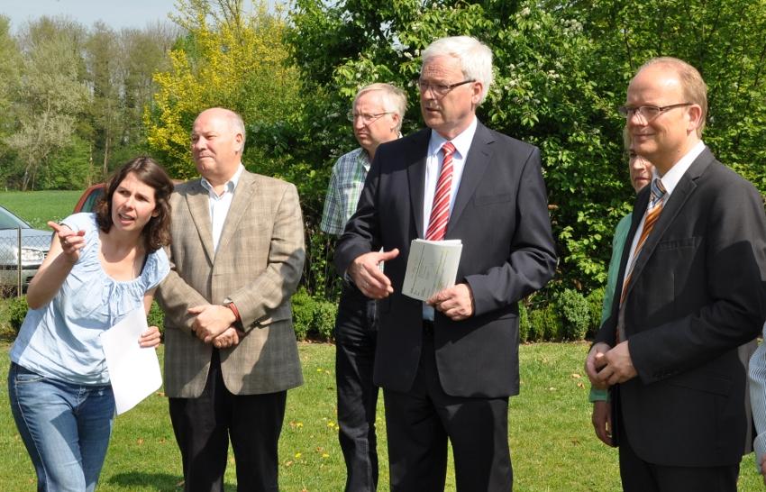 Tanja Butterweck vom Droste-Haus zeigt das Außengelände. Karl-Josef Schafmeister, Helmut Kaltefleiter von der CDU Verl, Hermann Kues und André Kuper hören interessiert zu.