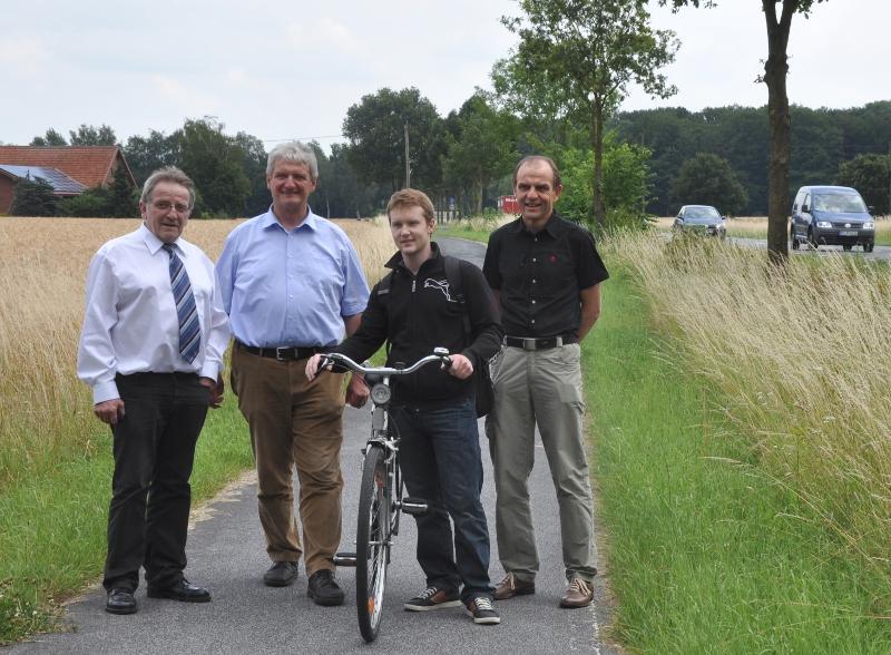 Wollen mehr Sicherheit auf dem Radweg (v.l.): Heinz Bünnigmann, Dr. Heinrich Josef Sökeland, Radfahrer Ernst Wall aus Greffen und Dr. Thomas Waltermann.