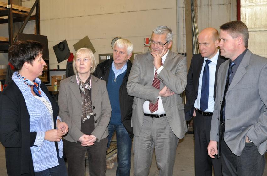 Ellen Wiethof erklärt die gelungene Inklusion. Anneliese Schulte-Döinghaus, Ortsvorsteherin von Varensell, Wenzel Schwienheer, Vorsitzender des CDU-Ortsverbandes, die MdBs Hubert Hüppe und Ralph Brinkhaus sowie Geschäftsführer Ralf Hesse hören zu.