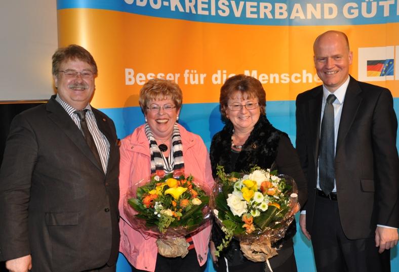 Blumen zum Dank für die erfolgreichsten Werberinnen: Über 210 neue CDU-Mitglieder freuten sich (v.l.) Europaabgeordneter Elmar Brok, Annegret Jürgenliemke, Ursula Doppmeier MdL und Kreisvorsitzender Ralph Brinkhaus MdB.
