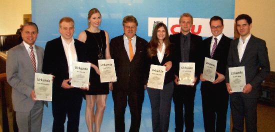 Robin Rieksneuwöhner (links) mit den weiteren Teilnehmern aus Ostwestfalen-Lippe und dem Europaabgeordneten Elmar Brok
