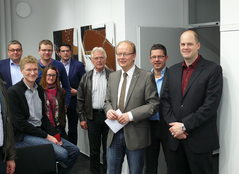 Prof. Dr. Jörg Müller-Lietzkow (rechts) und André Kuper MdL (3. v. rechts) mit einigen Teilnehmern.
