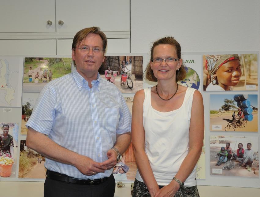 Der stellvertretende CDU-Kreisvorsitzende Klaus Dirks und Missionarin Dorothea Stoppenbrink vor Aufnahmen aus Malawi im Konrad Adenauer Haus.