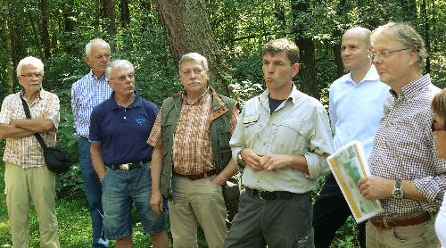 Foto: Dieter Wortmeier (5. v.l.) bei seinen Erläuterungen, Karl-Heinrich Hoyer (4. v.l.), Ralph Brinkhaus (2. v.r.), Hans-Georg Westermann (rechts)