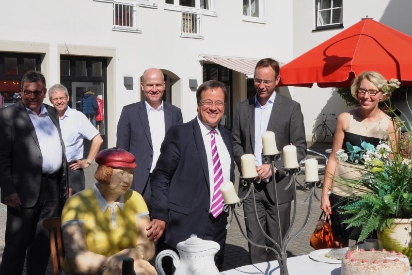 """Armin Laschet mit """"Alltagsmenschen"""" beim Rundgang durch die Wiedenbrücker Altstadt."""