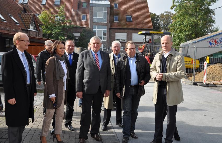 Die CDU-Politiker mit Karl-Josef Laumann (M.) Und Ralph Brinkhaus (r.) Vor der Marktkauf-Baustelle in der Haller Innenstadt