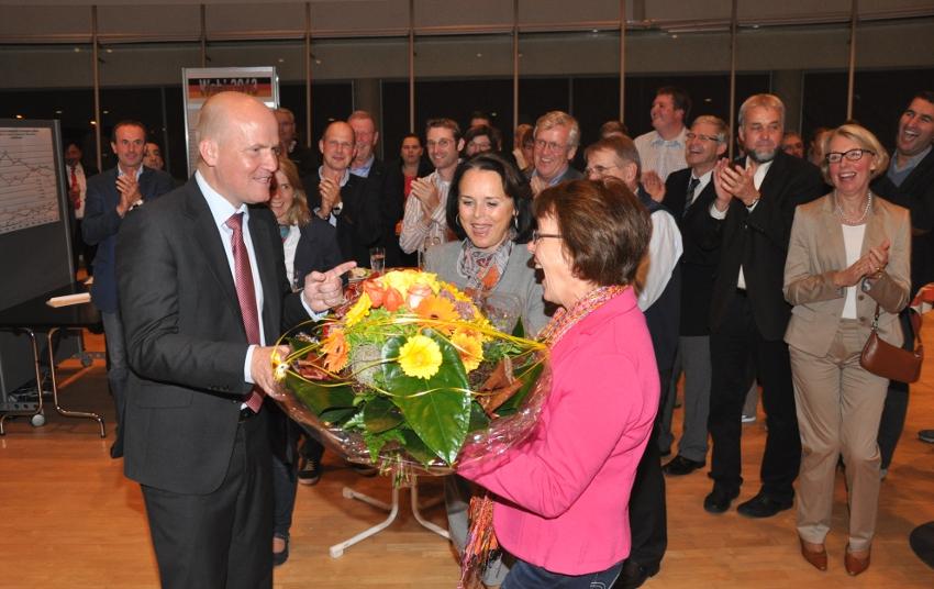 Große Freude bei der CDU: Brinkhaus nimmt von seinen Stellvertreterinnen als CDU-Kreisvorsitzender, Elke Hardieck und Elisabeth Witte, Glückwünsche und Blumen entgegen.