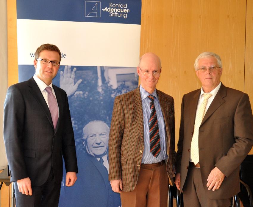 Beleuchteten vor Kommunalpolitikern aus dem Kreis Gütersloh die Rolle der Medien in Politik und Wahlkampf (v.l.): Raphael Tigges, Thomas Habicht und Ralf Wachsmuth.