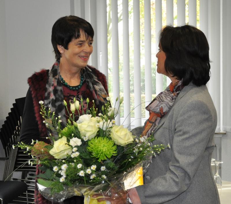 Blumen zur Ausstellungseröffnung gab es für die Künstlerin (l.) von der stellvertretenden Landrätin Elke Hardieck.