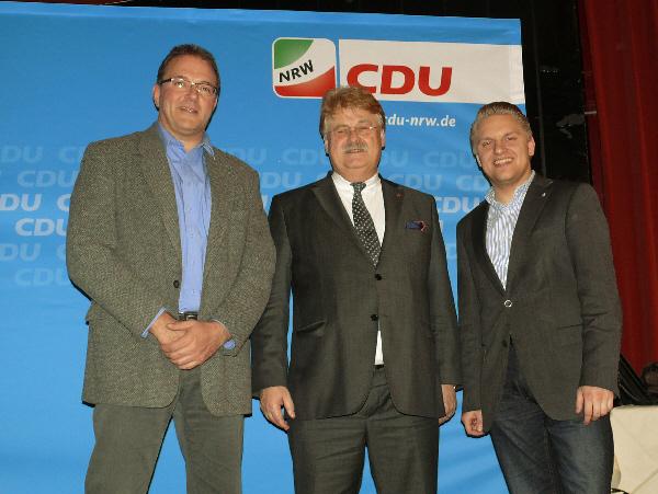 Die Gütersloher Delegierten Karl-Heinz Diederichs und  Robin Rieksneuwöhner mit Elmar Brok MdEP