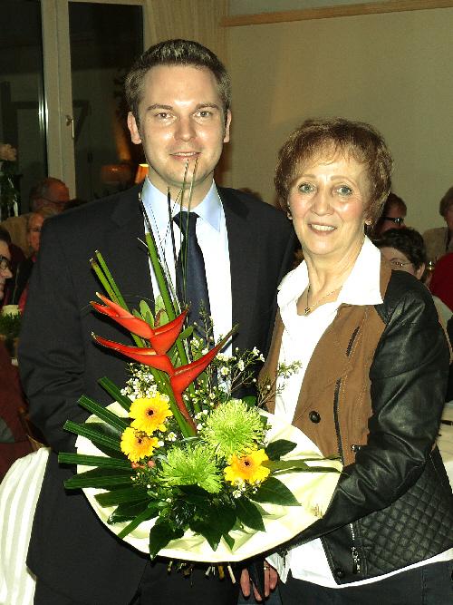 Die Vorsitzende der CDU Versmold, Marianne Kampwerth, gratuliert dem Bürgermeisterkandidaten Michael Meyer-Hermann