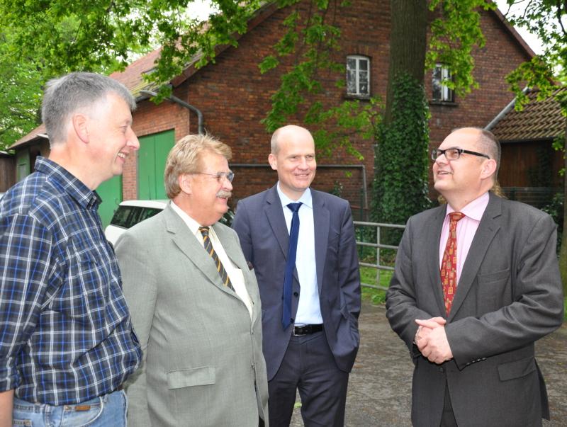 Bewunderte den alten Baumbestand auf dem Hof: Minister Christian Schmidt mit Ralph Brinkhaus MdB, Elmar Brok MdEP und Hermann Birkenhake (v.r.)