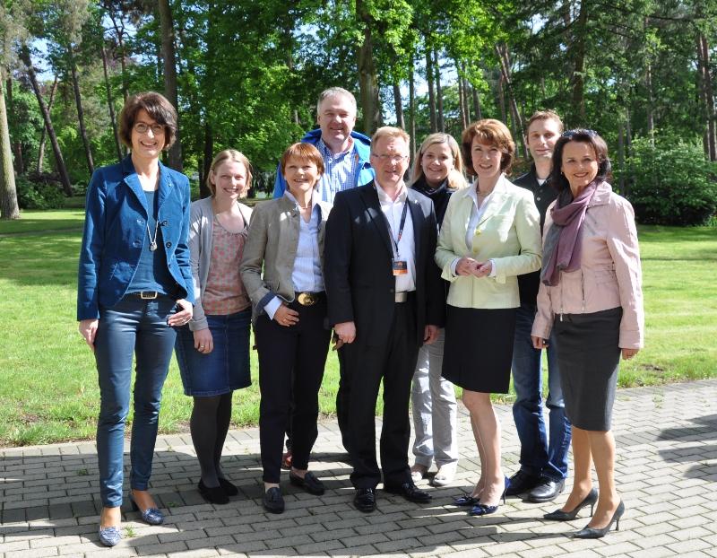 Die Gütersloher Kreistagskandidaten mit Andreas Westerfellhaus vor der ZAB.