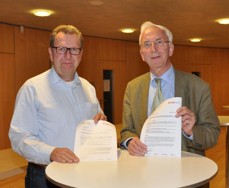 Wollen hören, was die BVO zur Kritik an deren Busverkehr zu sagen hat (v.l.): Die Kreistagsmitglieder Detlev Kroos (Halle) und Arnold Weßling (Borgholzhausen).