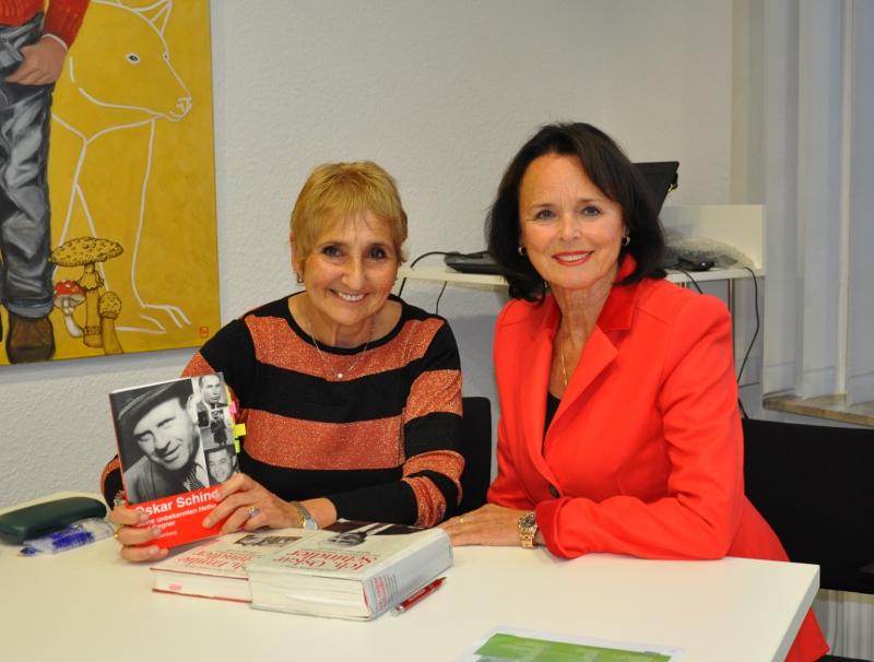 Erika Rosenberg-Band (l.) mit ihren Schindler-Publikationen und die stellvertretende CDU-Kreisverbandsvorsitzende Elke Hardieck.