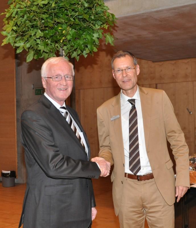 Für sein politisches Lebenswerk bekam Helmut Feldmann neben dem Dank des Landrates einen Amberbaum für den Garten geschenkt.