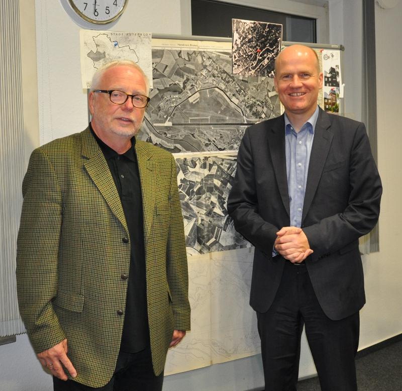 Dr. Wolfgang Büscher (l.) und der CDU-Kreisvorsitzende und Bundestagsabgeordnete Ralph Brinkhaus vor historischen Karten des Flugplatzes.
