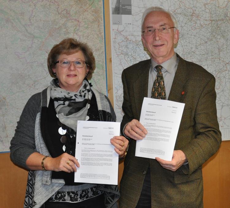 Mit dem Gesetzentwurf zur dauerhaften Aussetzung der Sieben-Jahres-Frist: Ursula Doppmeier MdL und Arnold Weßling.