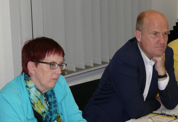 Ombudsfrau Gudrun Bauer und Ralph Brinkhaus MdB während der Diskussion