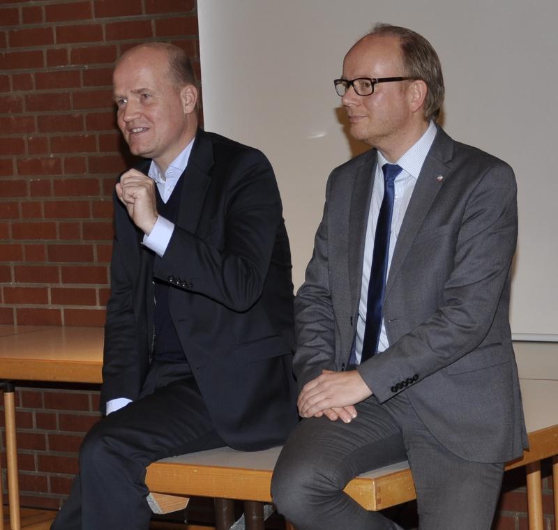Informierten ihre Zuhörer gemeinsam über die vielfältigen Aspekte der Flüchtlingskrise: Der CDU-Kreisvorsitzende und Bundestagsabgeordnete Ralph Brinkhaus (l.) und der Landtagsabgeordnete André Kuper.