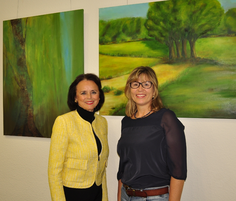 Elke Hardieck und Christine Klatt (v.l.) bei der Präsentation der Ausstellung im Konrad-Adenauer-Haus.