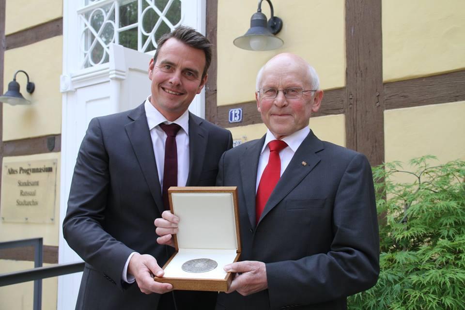 Der Rietberger Bürgermeister Andreas Sunder und Hubert Deittert (Foto: Petra Blöß)