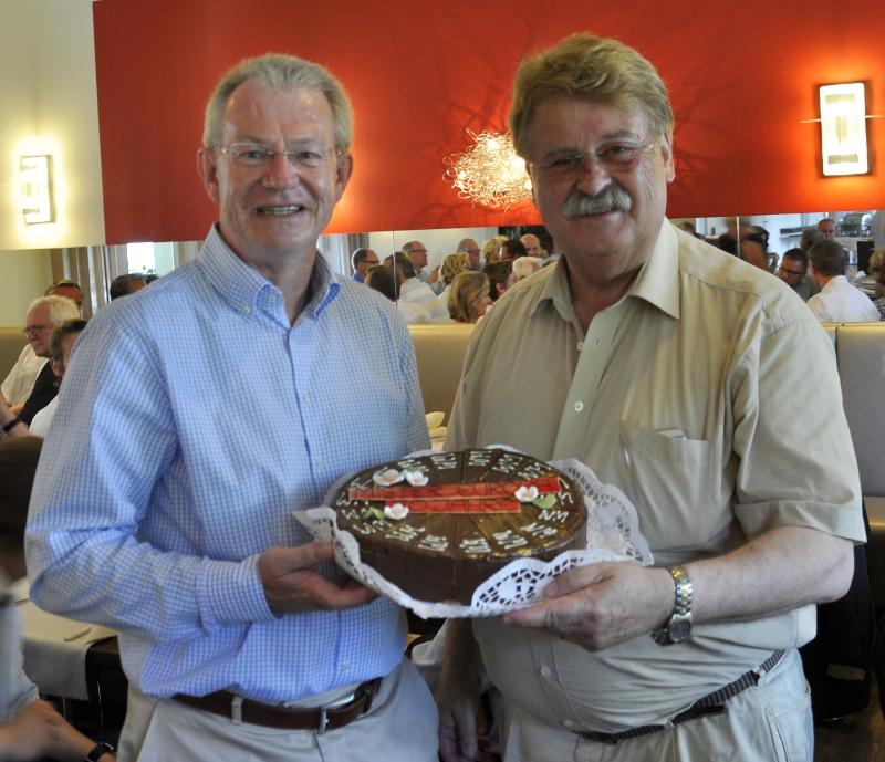 Erst gab es ein Geburtstagspräsent, dann ging es um große Politik (v.l.): MIT-Vorsitzender Stefan Bierfischer und Europa-Abgeordneter Elmar Brok im Flussbett-Hotel.