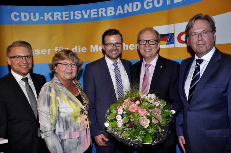 Das Tagungspräsidium mit den beiden Kandidaten nach der Wahl (v.l.): Robin Rieksneuwöhner, Ursula Doppmeier, Raphael Tigges, André Kuper und Klaus Dirks.