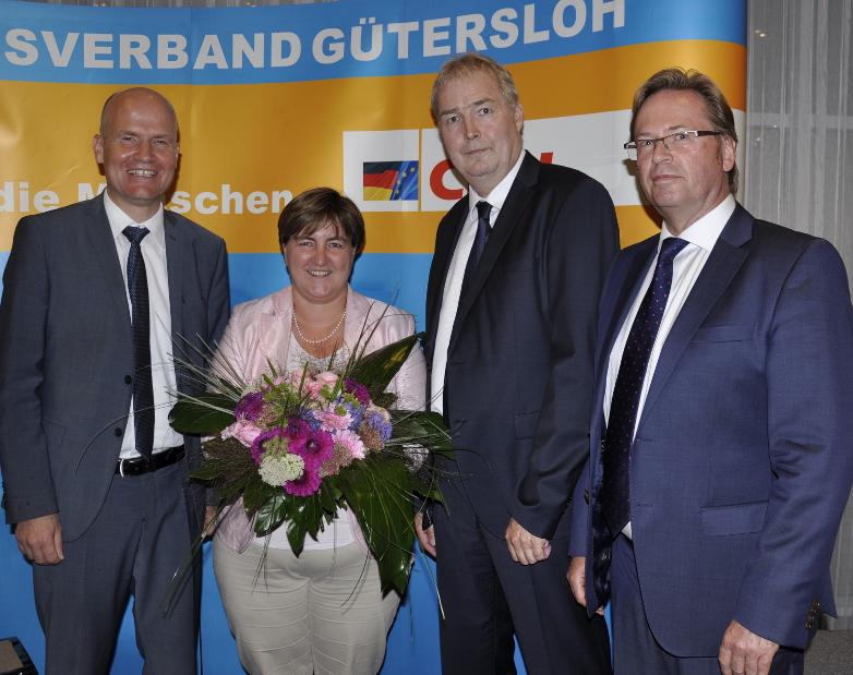 Gratulierten der Gewinnerin (v.l.): Der Bundestagsabgeordnete Ralph Brinkhaus, Birgit Ernst, Dirk Lehmann und der stellvertretende Kreisvorsitzende Klaus Dirks.