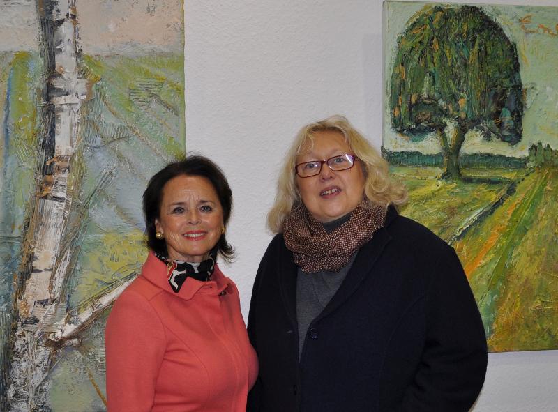 Elke Hardieck und Karin Davids (v.l.) vor zwei großen Landschaftsbildern bei der Präsentation der Ausstellung im Konrad-Adenauer-Haus.