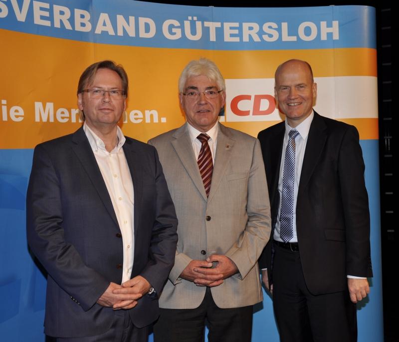 """Stellten das """"C"""" in den Mittelpunkt des vierten Tages der CDU im Kreis Gütersloh (v.l.): Klaus Dirks, Kirchenrat Gerhard Duncker und der Bundestagsabgeordnete und CDU-Kreisvorsitzende Ralph Brinkhaus."""