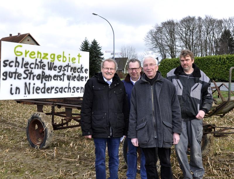 Trafen sich an dem Schild, das Anlieger Klaus Scheele aus Protest gegen den schlechten Straßenzustand aufgestellt hat (v.l.): Bernhard Altehülshorst, Detlev Kroos, Arnold Weßling und Landwirt Klaus Scheele.