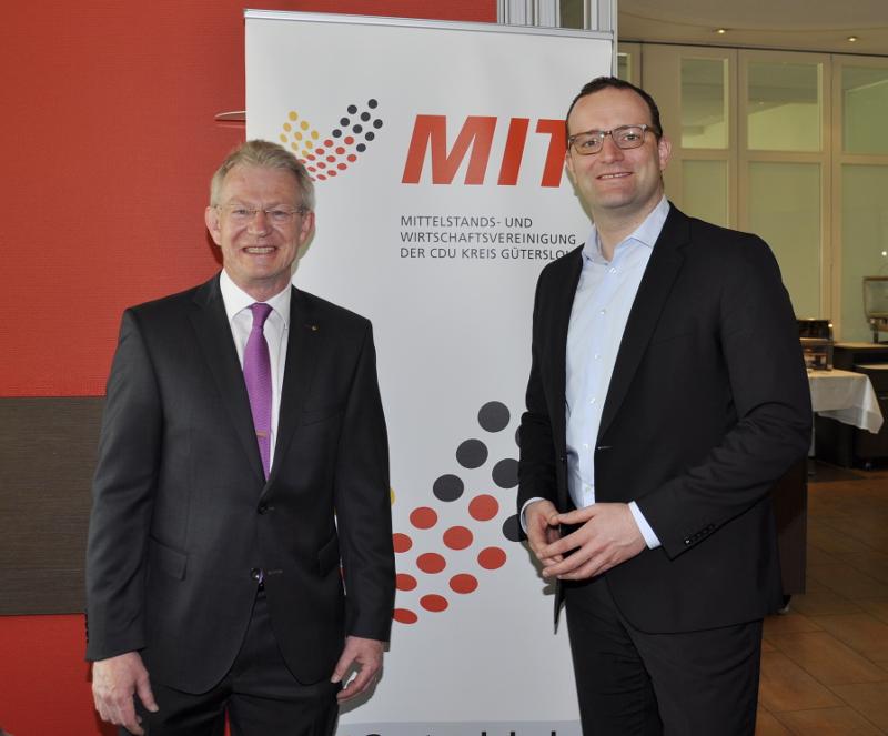 """""""Deutschland 2017. Was uns zusammenhält."""" - Unter diesem Motto haben der MIT-Kreisvorsitzende Stefan Bierfischer (l.) und der Parlamentarische Staatssekretär Jens Spahn über die gesellschaftliche Lage in Deutschland informiert."""