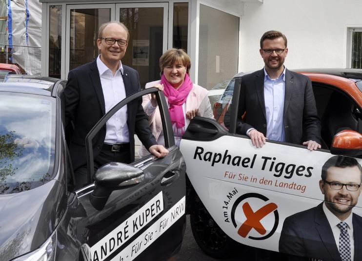Werden mit ihren Wahlkampfmobilen bis zum 14. Mai noch viel unterwegs sein (v.l.): André Kuper MdL, Birgit Ernst und Raphael Tigges.