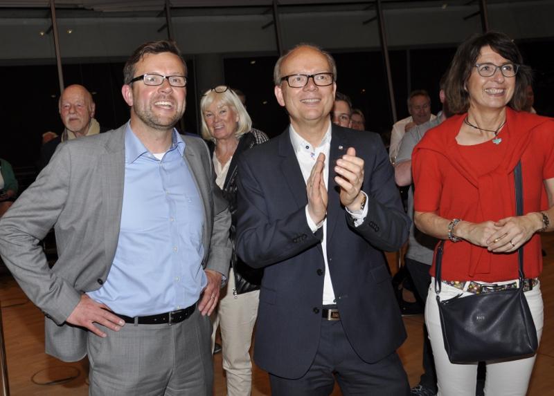 Freuen sich über die guten Wahlergebnisse für die CDU in ihren Wahlkreisen und im Land (v.l.): Raphael Tigges und André Kuper mit der stellvertretenden Landrätin Dr. Christine Disselkamp in der Wahllobby im Kreishaus.