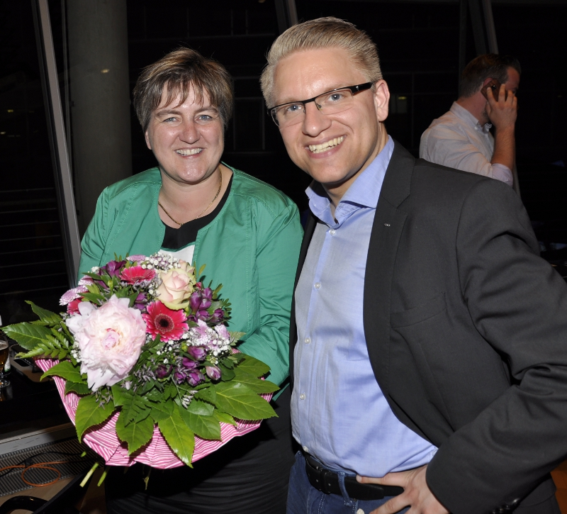 Blumen für einen sehr engagiert geführten Wahlkampf: Birgit Ernst und der stellvertretende CDU-Kreisvorsitzende Robin Rieksneuwöhner nach der Verkündung des Endergebnisses.