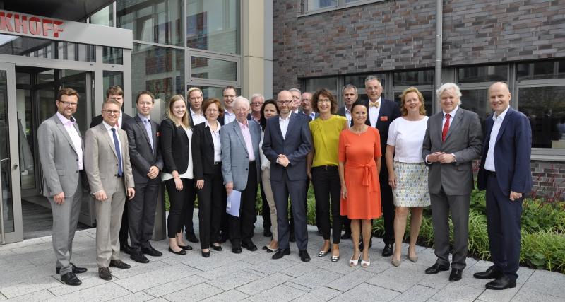 Die Besuchergruppe vor der Hauptverwaltung am Hülshorstweg mit CDU-Generalsekretär Peter Tauber (Mitte) sowie dem Bundestagsabgeordneten Ralph Brinkhaus, Firmengründer Hans Beckhoff (1. und 2. von rechts) und dem Landtagsabgeordneten Raphael Tigges (l.)
