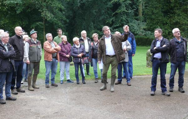 Reinhard Geissel erläutert den CDU-Wanderern Wissenswertes zu seinem Gut