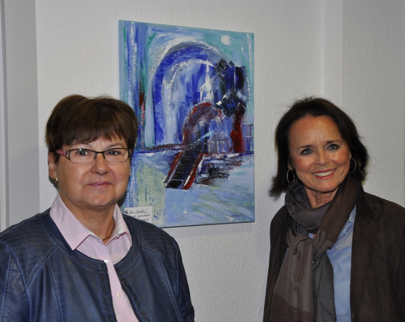 """Marianne Reicherts und Elke Hardieck (v.l.) vor dem Gemälde """"Am Seeufer"""", einer von 31 Naturdarstellungen in der aktuellen Ausstellung."""