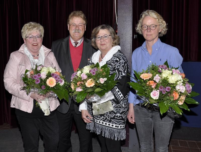 Blumen für die eifrigsten Werberinnen (v.l.): Annegret Jürgenliemke, Ursula Doppmeier und Anja Rodenbeck wurden vom Europa-Abgeordneten Elmar Brok für die Aufnahme der meisten neuen Mitglieder geehrt.